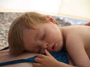nach dem Einschlafen fällt er von allein raus...